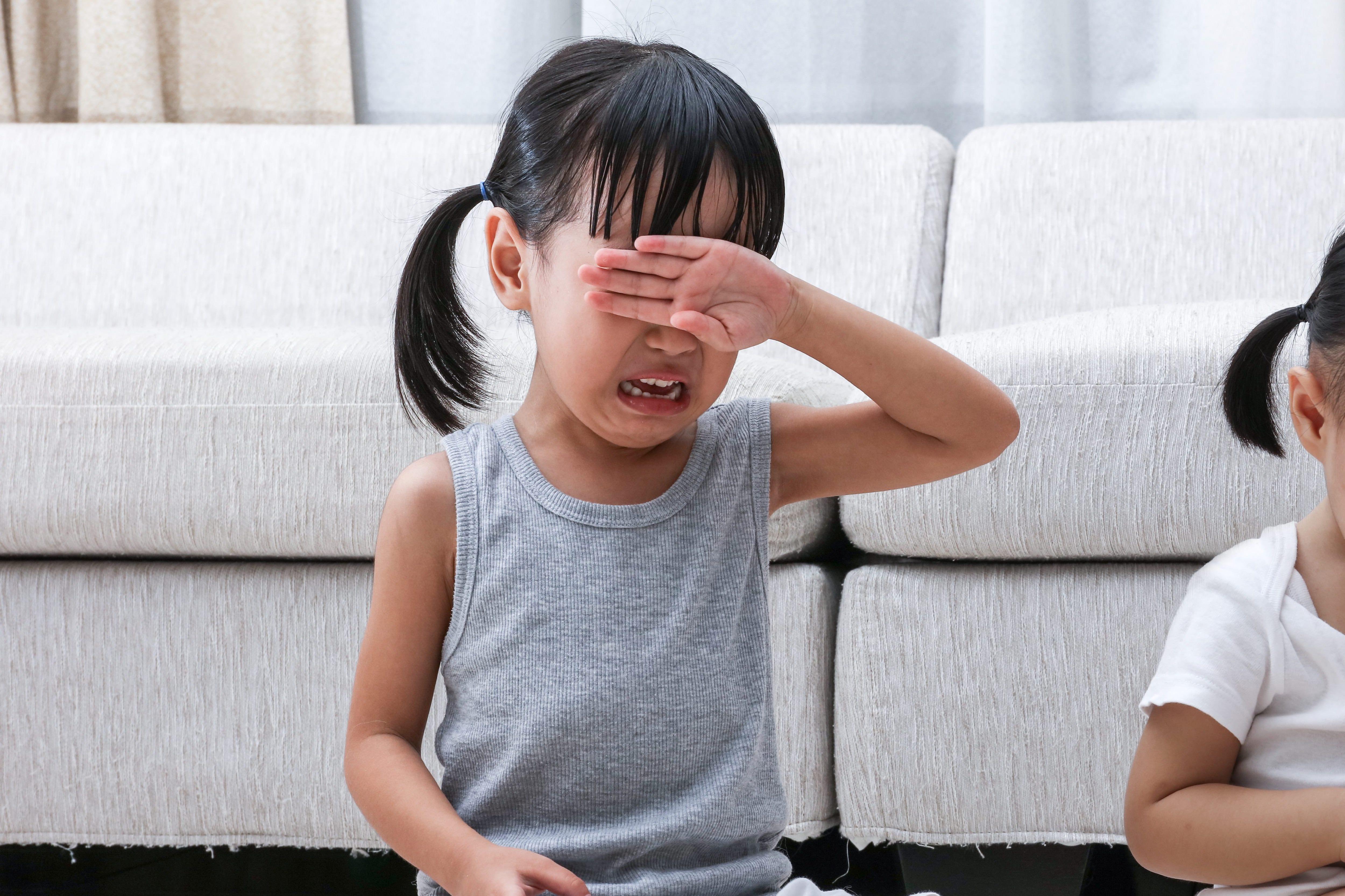 泣く小学生女子