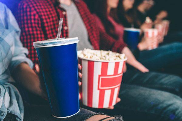 映画館で子供がジュースをこぼすと… 母親が取った行動に「どうしようもない」