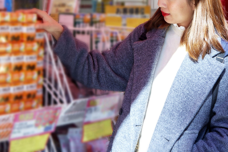 ドラッグストアで買い物中の女性