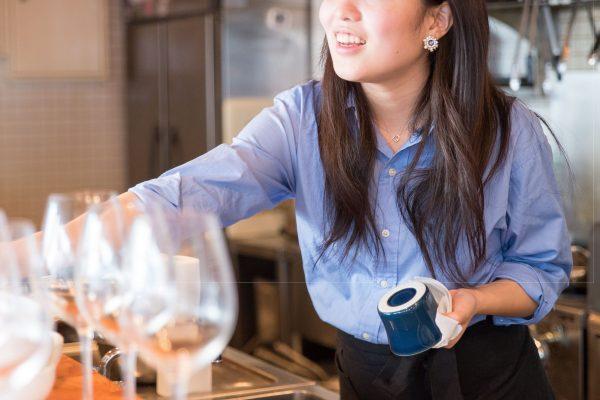 """カフェでお茶をしていたら… バイトを終えた店員の""""態度""""に絶句"""