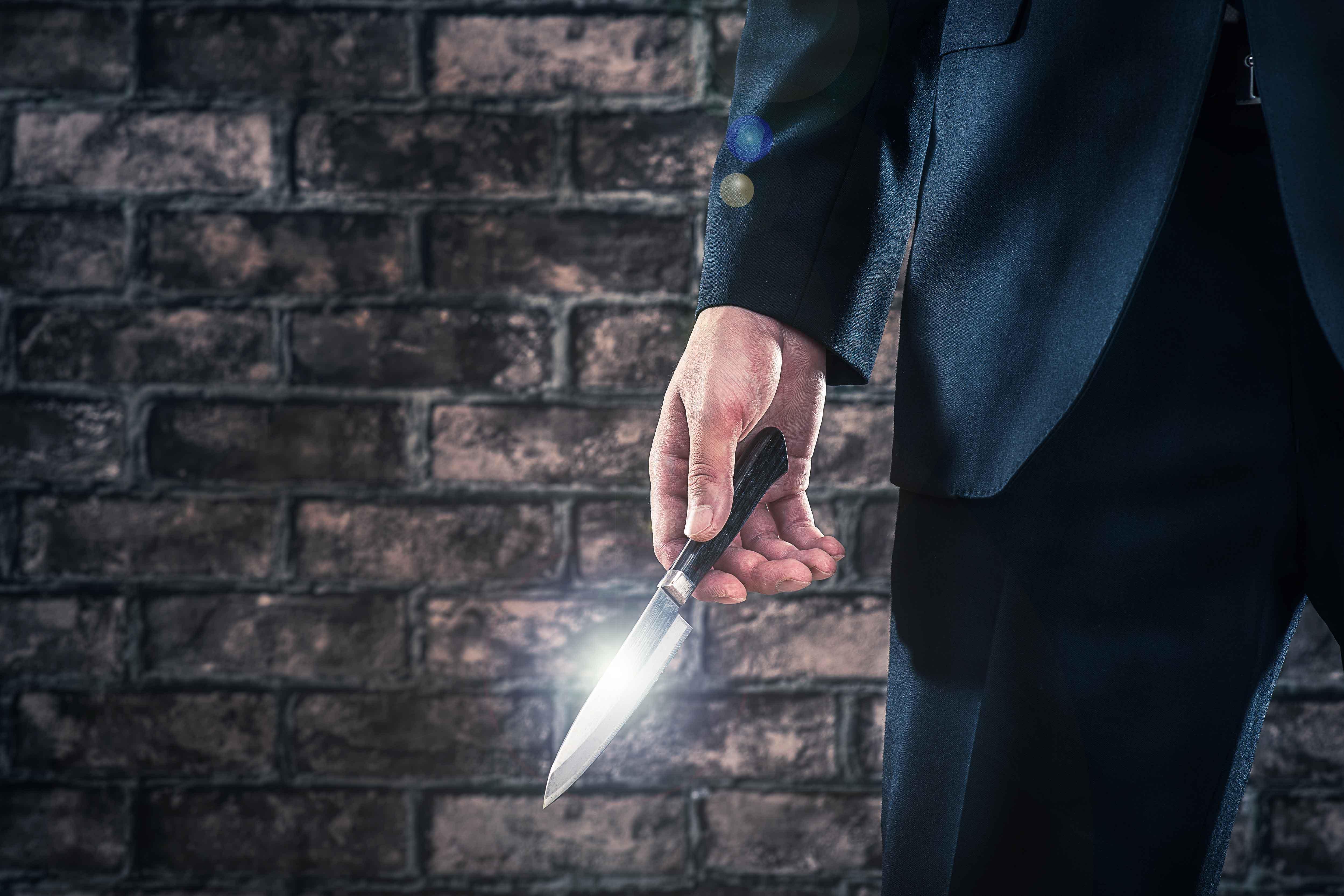 ナイフを持った学生