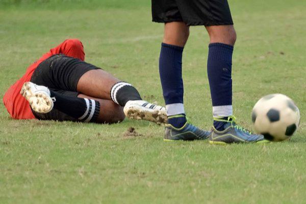 倒れているサッカー選手