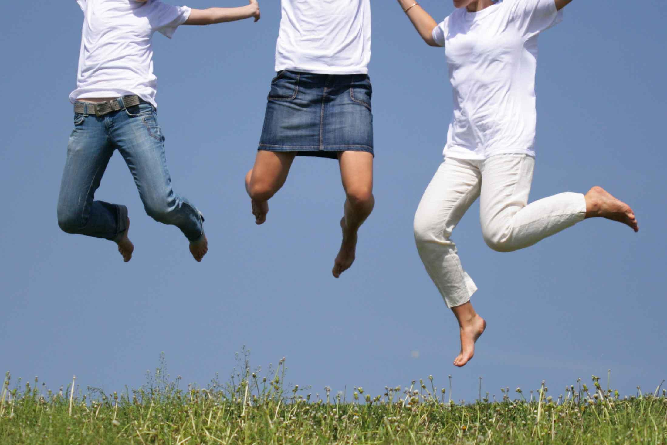 ジャンプする3人