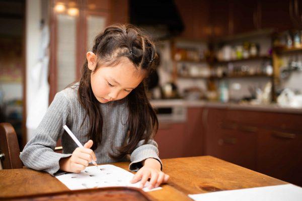 宿題をする子供