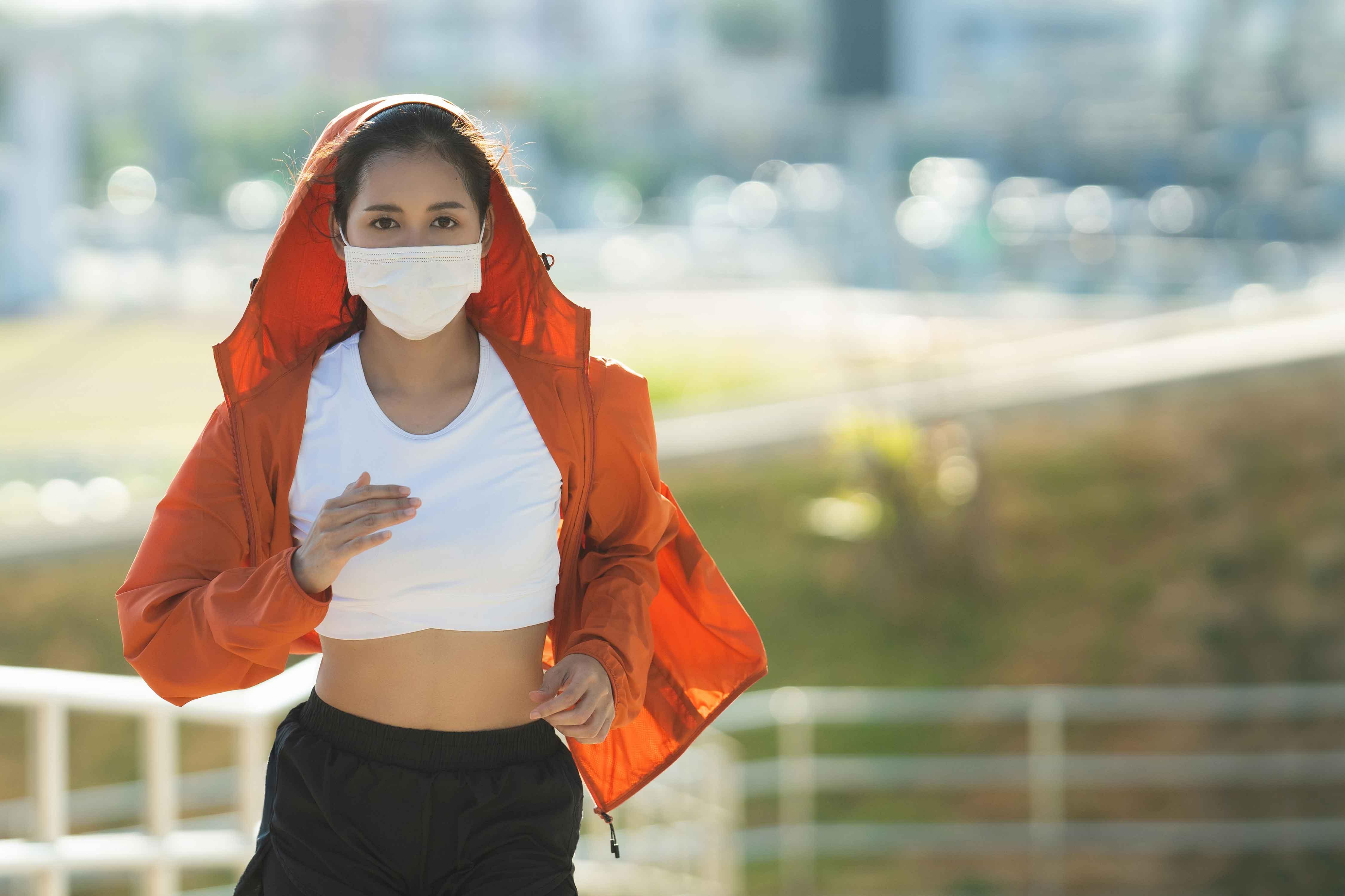 マスクをしてジョギング