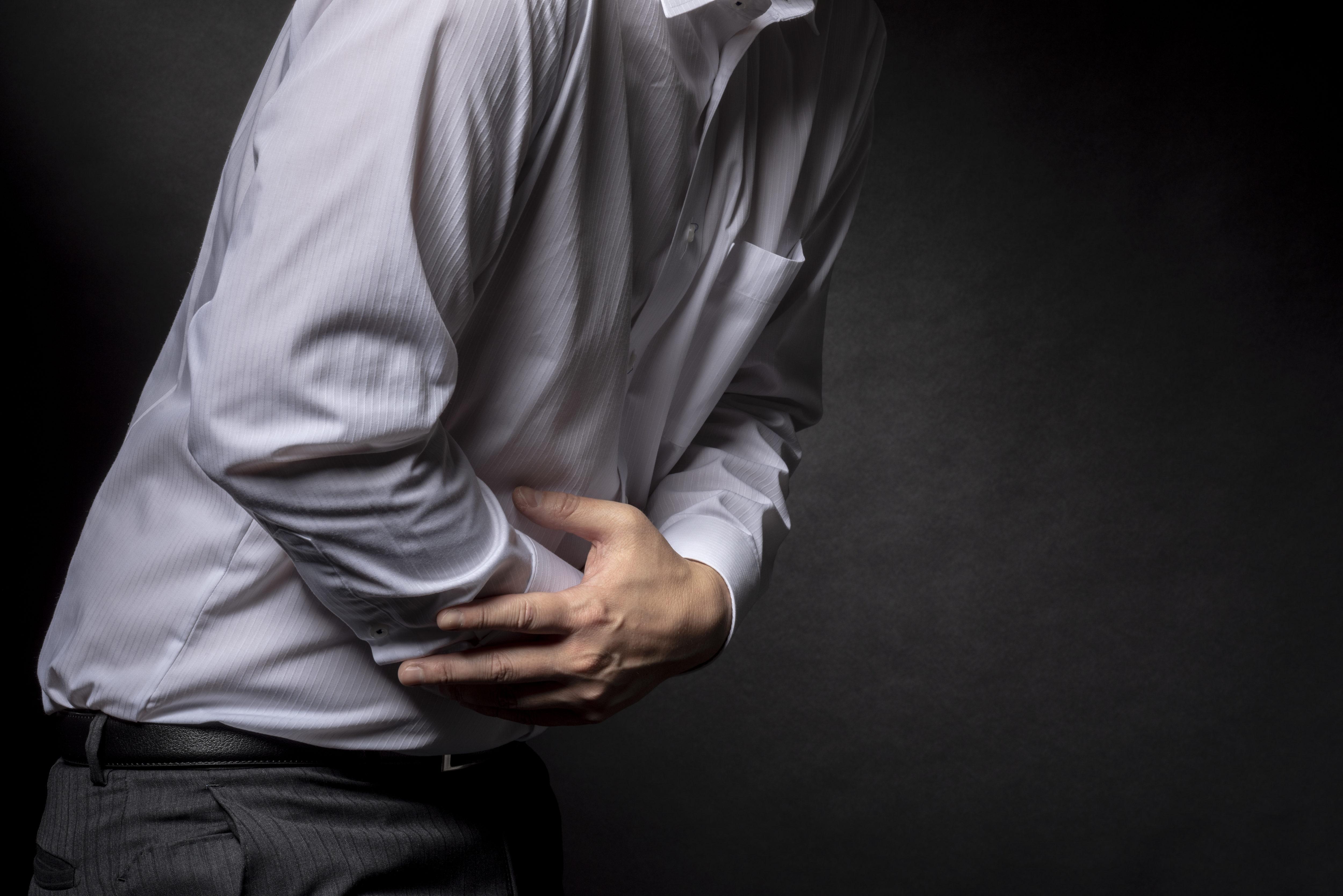 腹痛を訴える男性