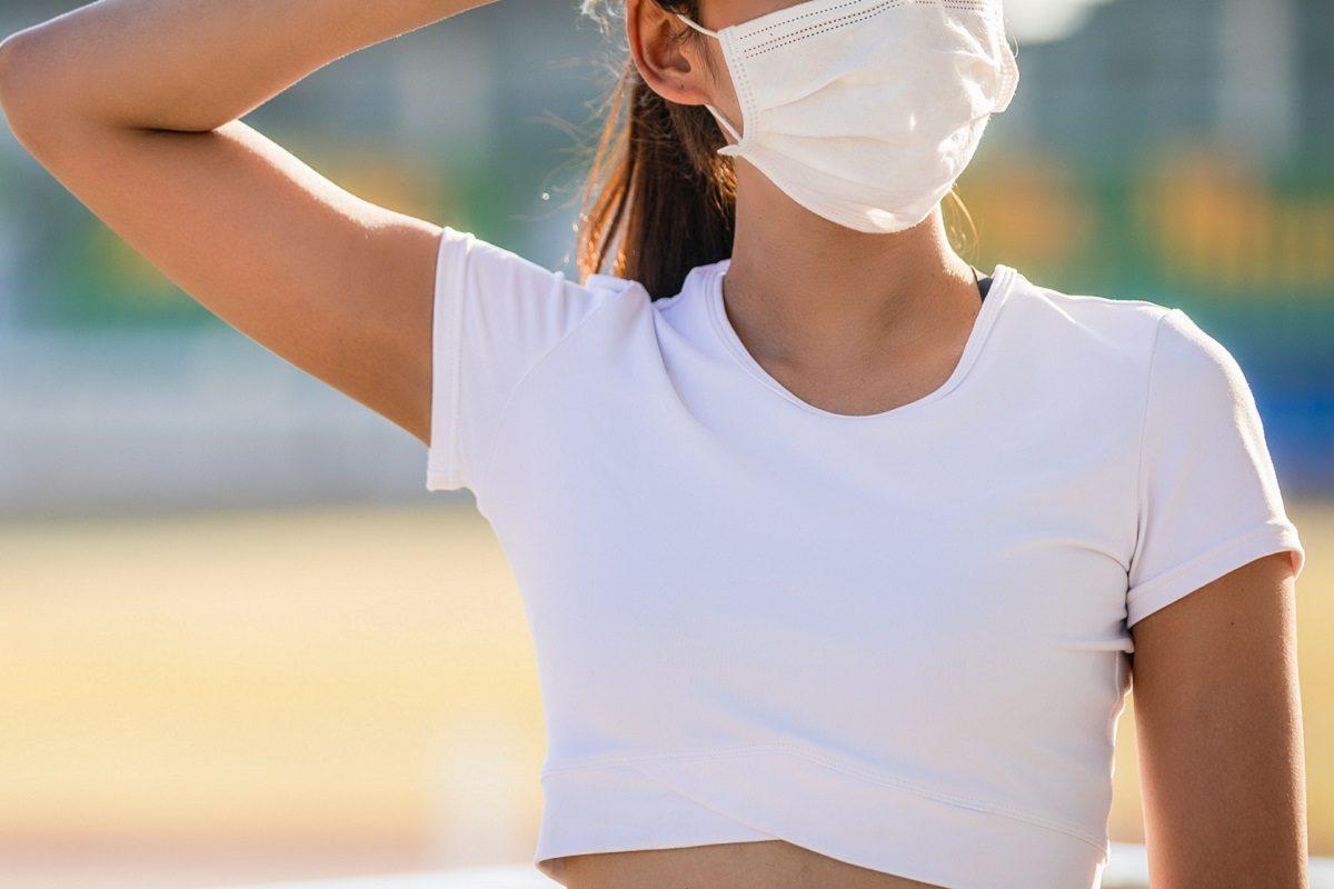 マスクを着用した半袖女性