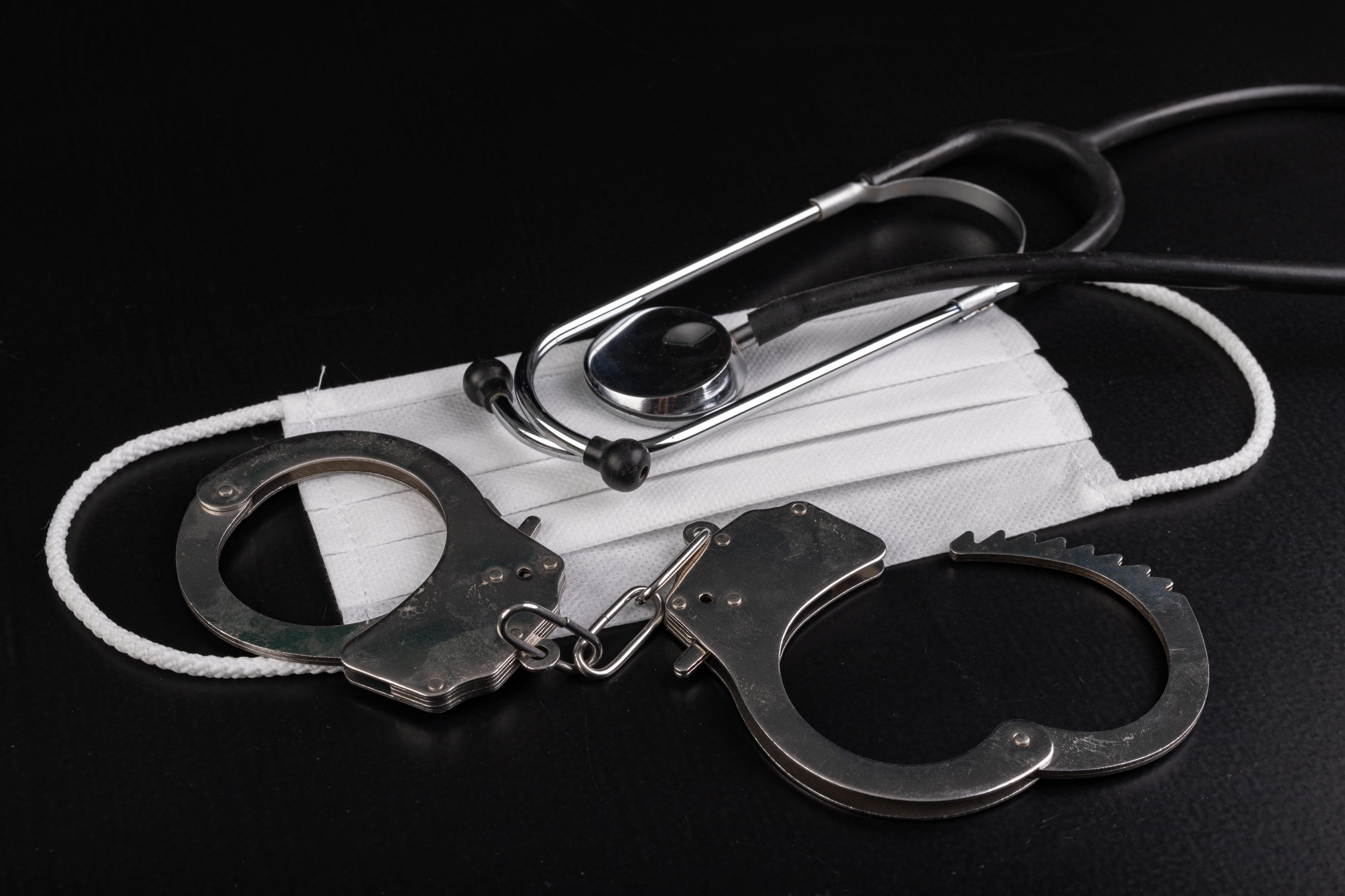 手錠とマスク