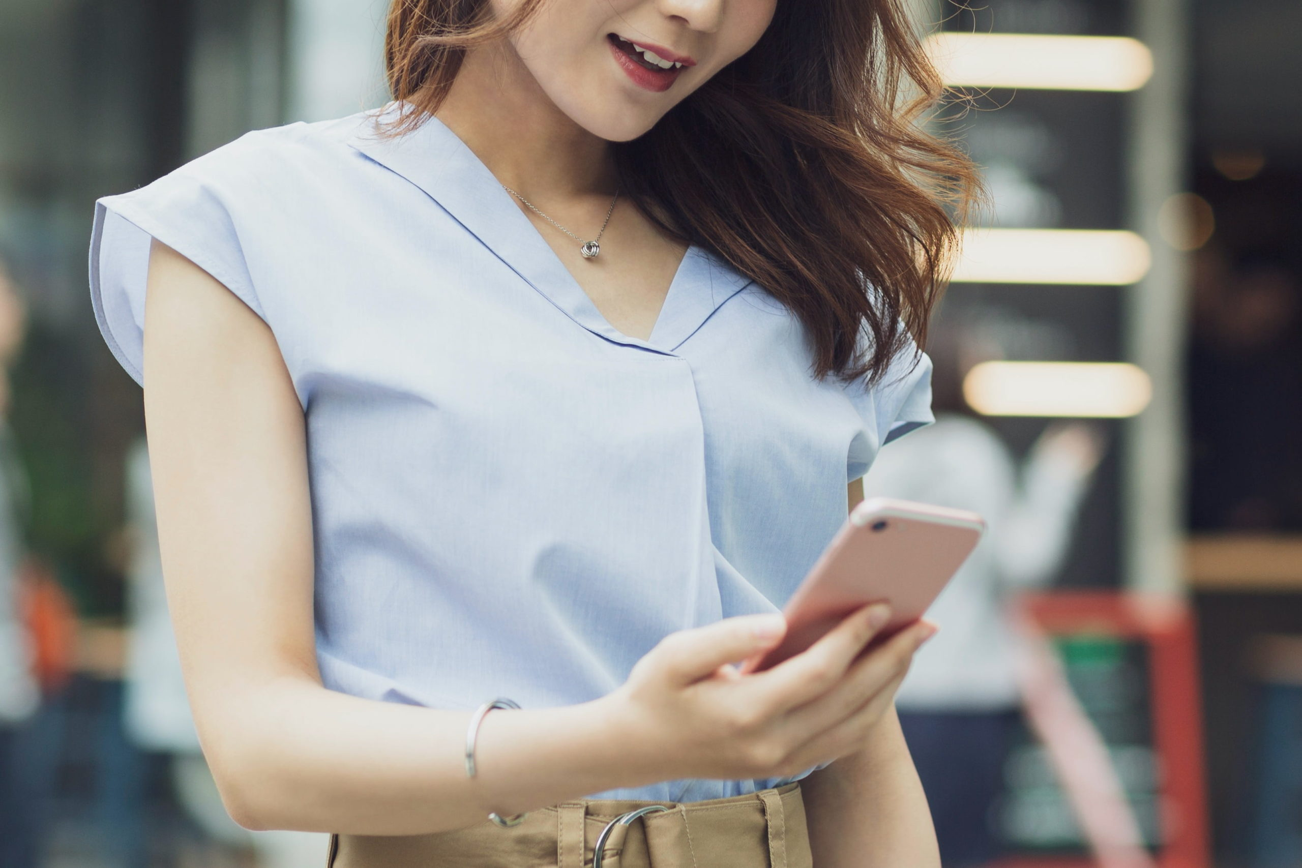 女性・スマートフォン・携帯電話