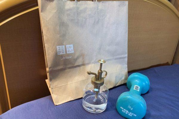 ユニクロの有料紙袋は本当に頑丈か 霧吹きとダンベルで検証すると衝撃の結果に