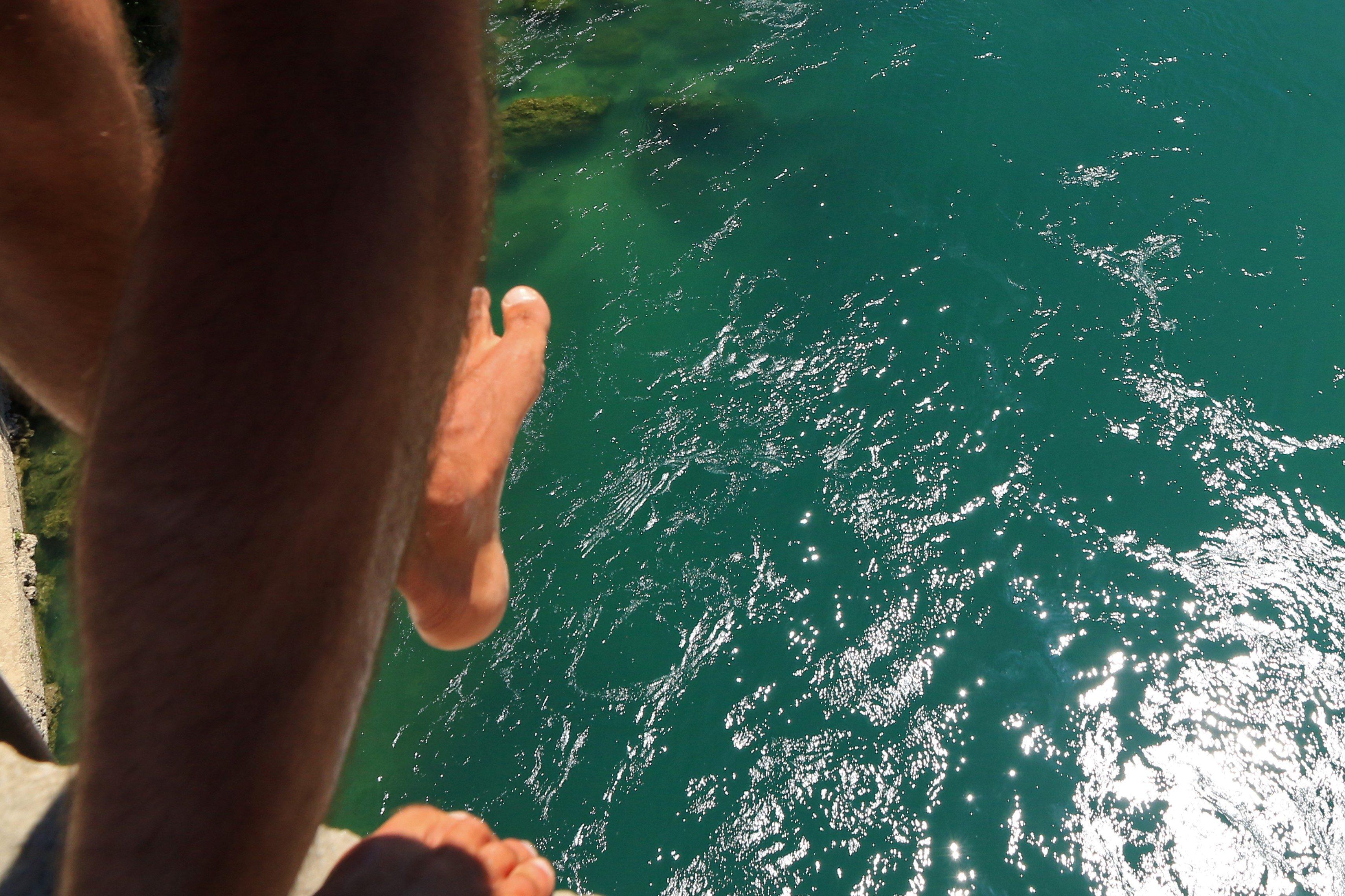 川に飛び込む