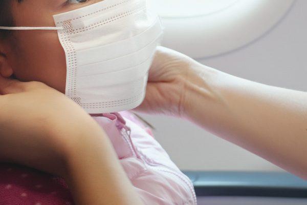 飛行機でマスク着用の子供