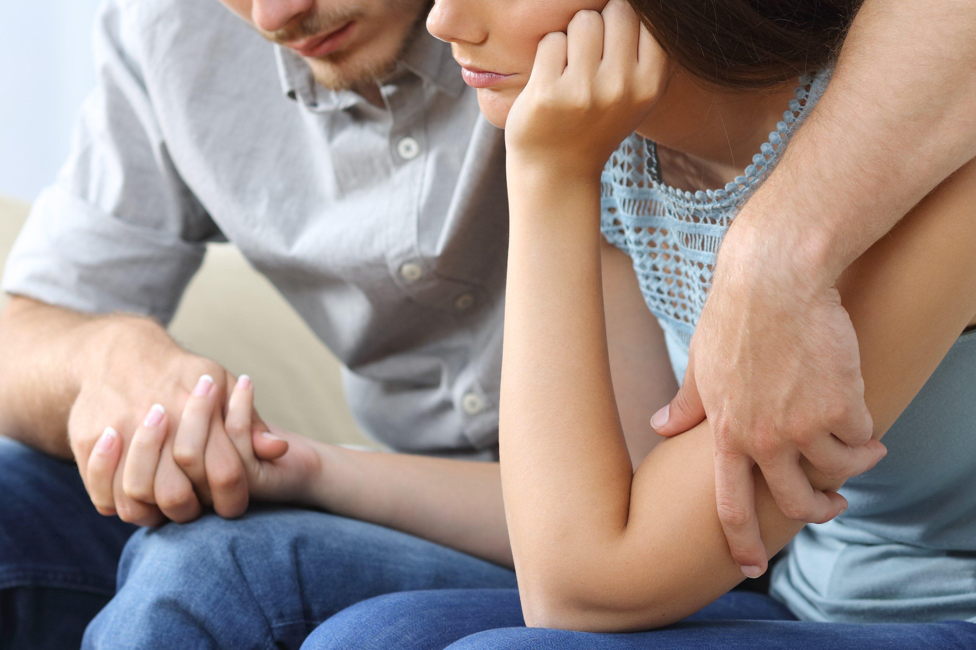 絶望する夫婦