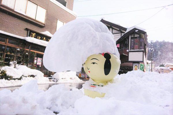 一夜で反抗期を迎えた「ツッパリこけし」 雪で作られた髪型がネットで話題