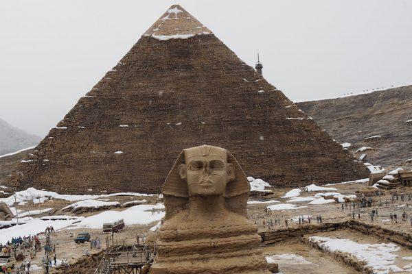 ピラミッドに雪? 「世界は終りが近い」の声飛び交う中まさかのネタバラシ