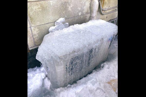 室外機が氷漬けになるまさかのハプニング メーカーに対処法を聞いてみると…