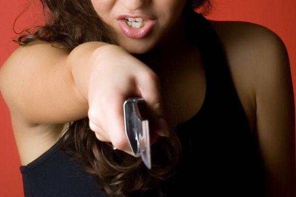 ナイフを持つ女性