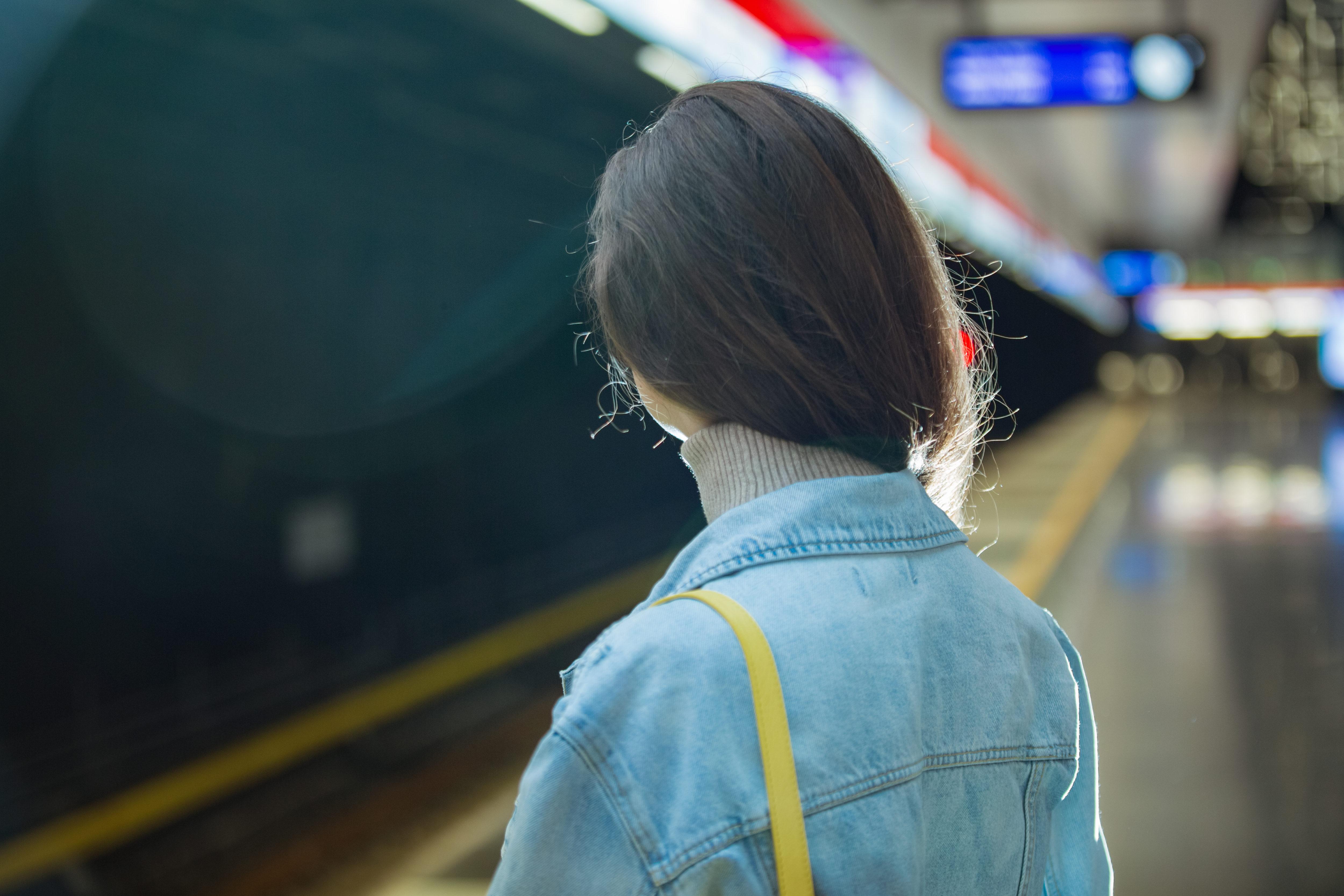 駅・電車・プラットフォーム・少女