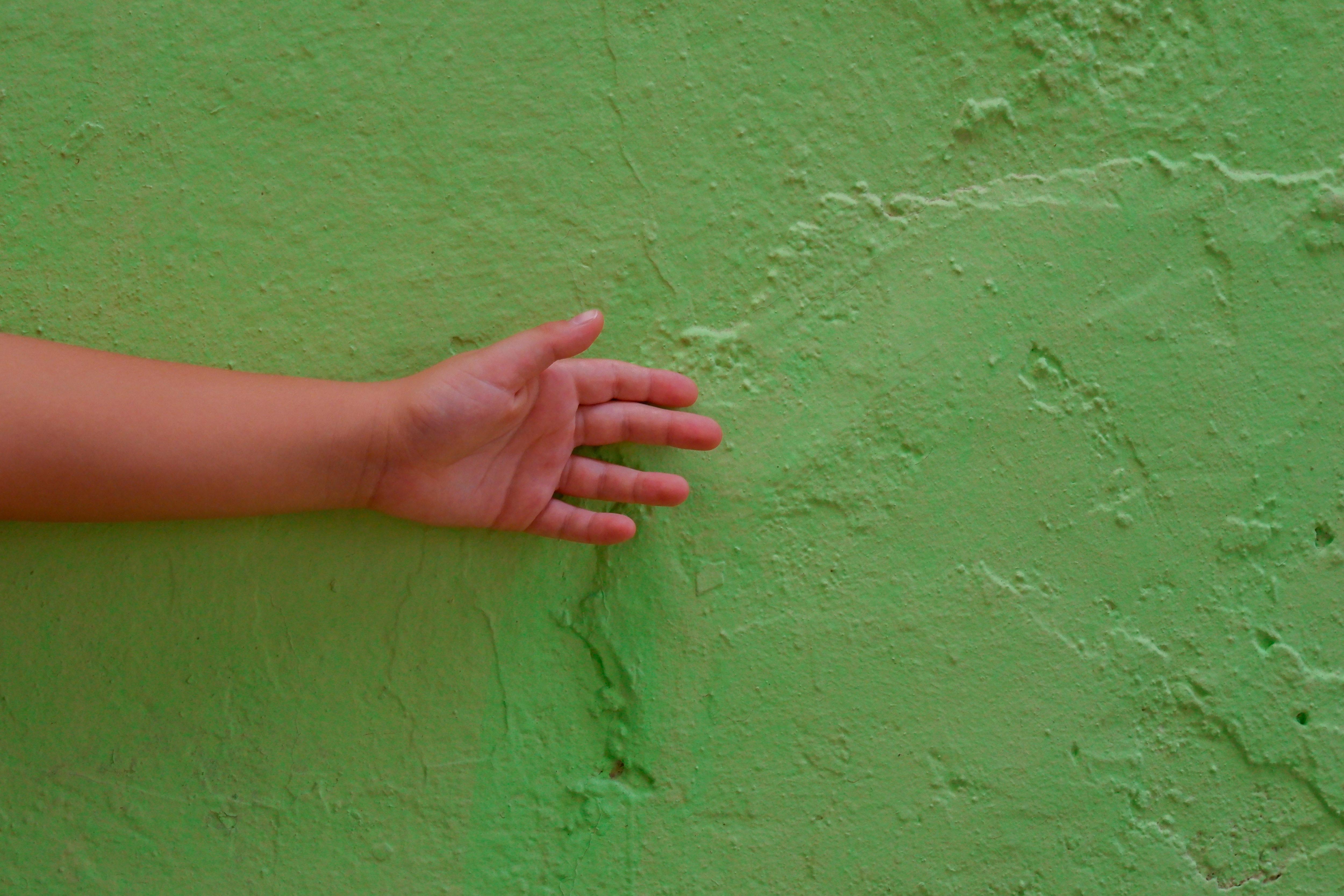 壁・手・子供