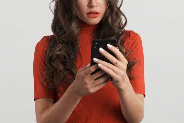 女性・美女・携帯・スマホ