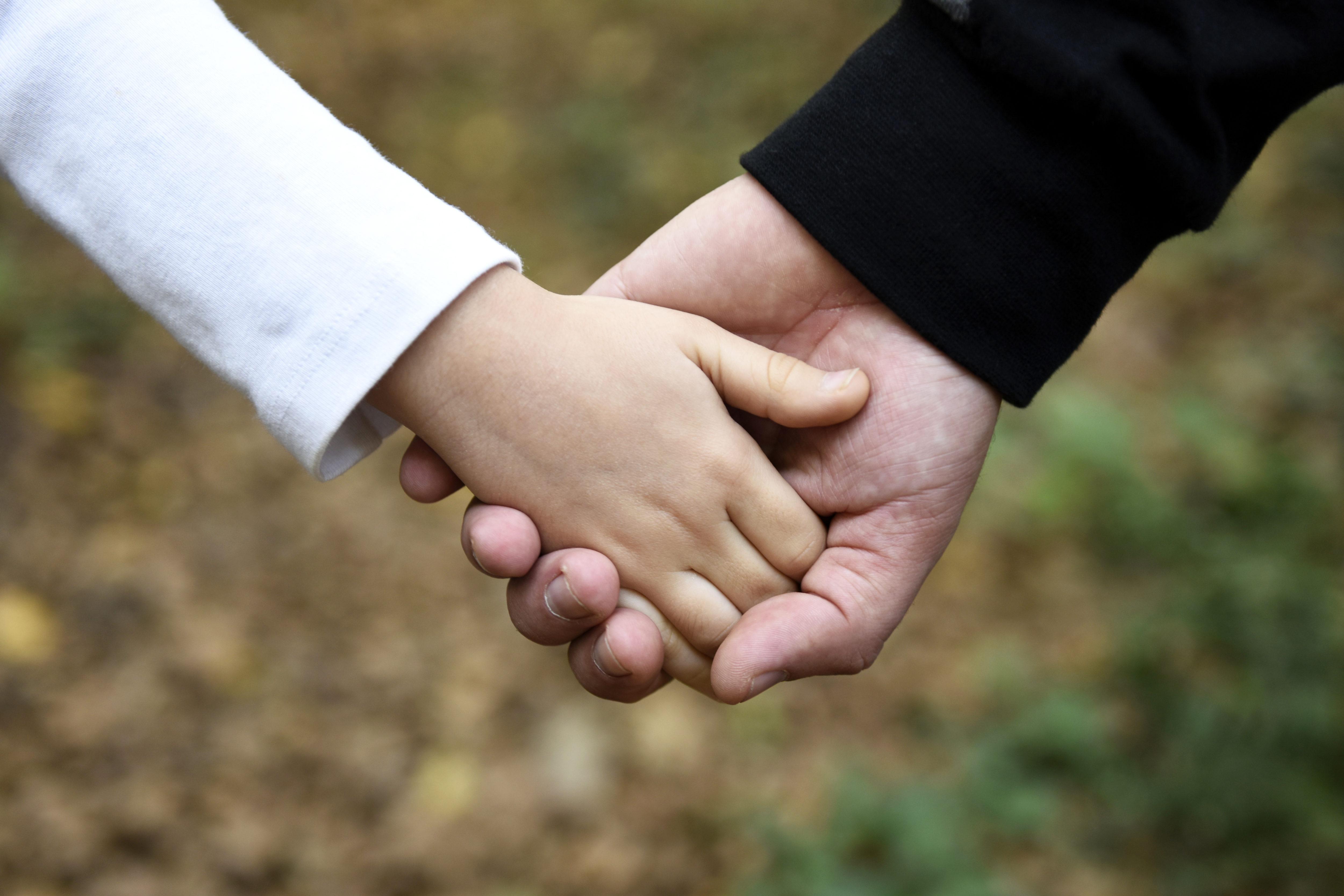 父・娘・手をつなぐ