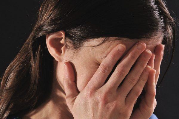 顔・隠す・痛い・泣く・女性・