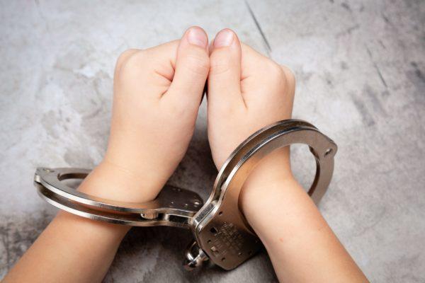 少年・逮捕・手錠