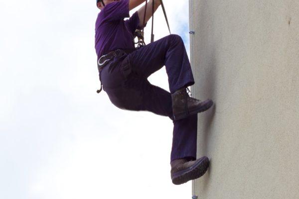 ビルを登る男