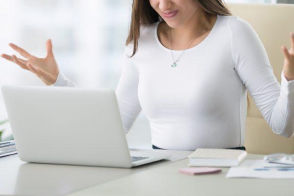 女性・怒る・オフィス・パソコン