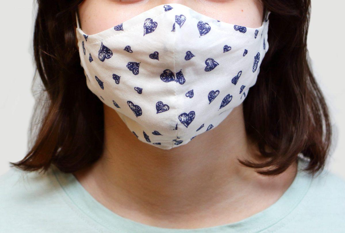 布マスクを着用する女性