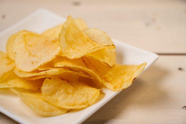 ポテトチップスを食べるとき 高収入な人ほど「やりがちなこと」が判明…