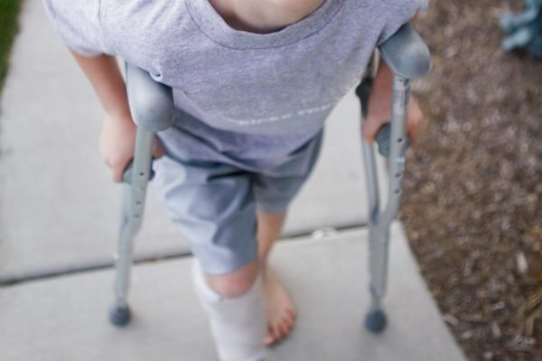 誕生間もなく両親の虐待が原因で義足に 6歳男児の努力と思いやりを世界が支援