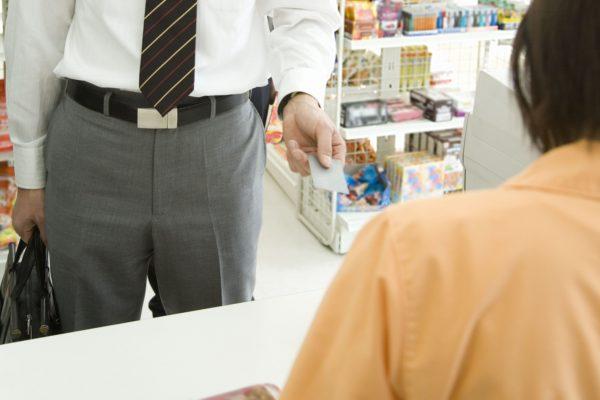 会計を済ませた後 3割の客が「レジに忘れていくもの」に思わず笑う…