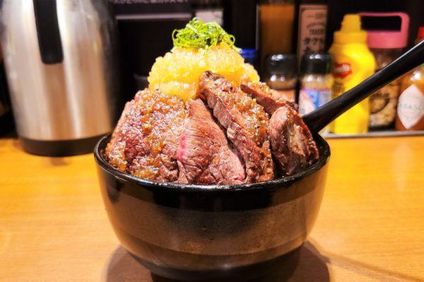 総重量1キロのステーキ丼が990円? クオリティの高さが異次元レベルだった