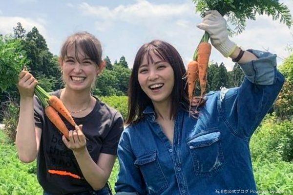 石川恋、トラウデン直美との農作業ショットに反響 「笑顔がピカピカしてる」