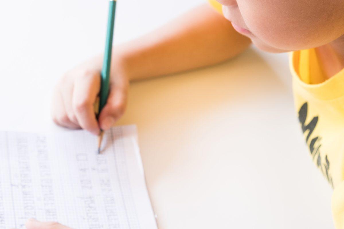 少年・作文・宿題・ノート