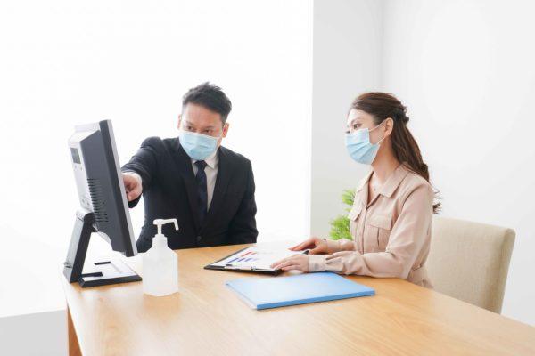 マスクをつけた社員