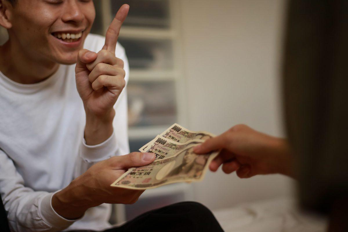 女性に金をせびる男性