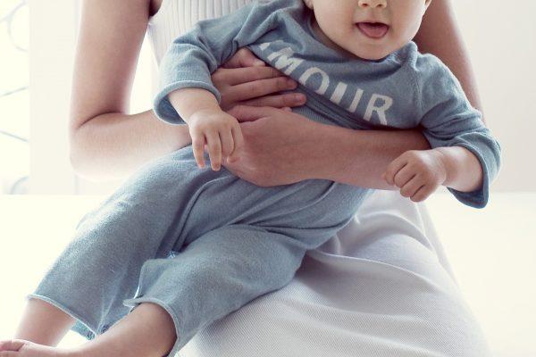 少女・赤ちゃん・抱っこ