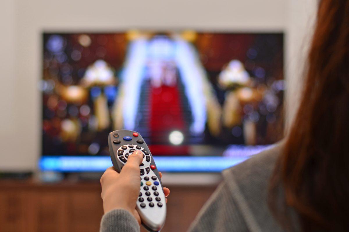 テレビ・リモコン・女性