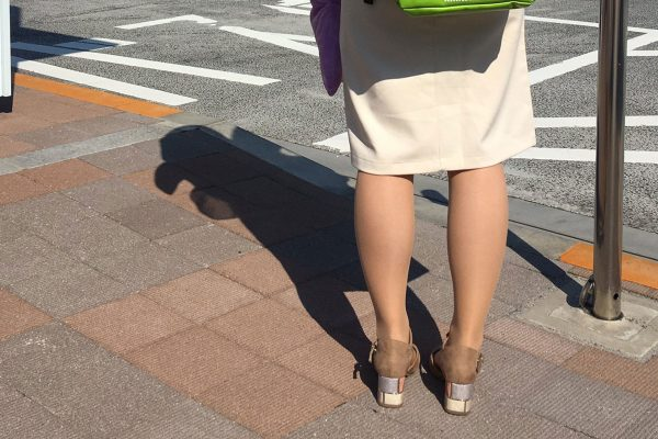 道路に佇む妻、背負っているものに衝撃 「勝てる気がしない…」と驚きの声相次ぐ