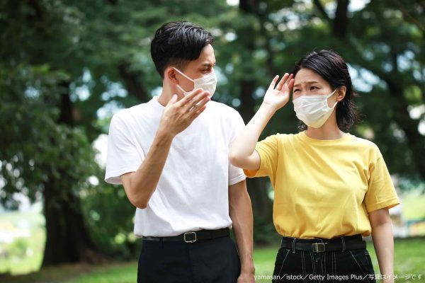 マスク姿のカップル