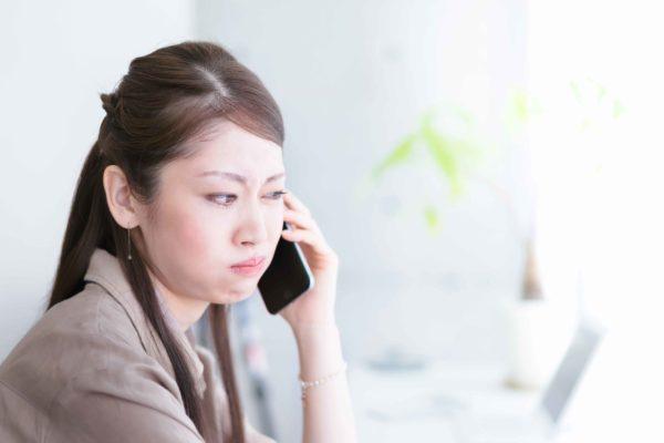 電話に怒る女性