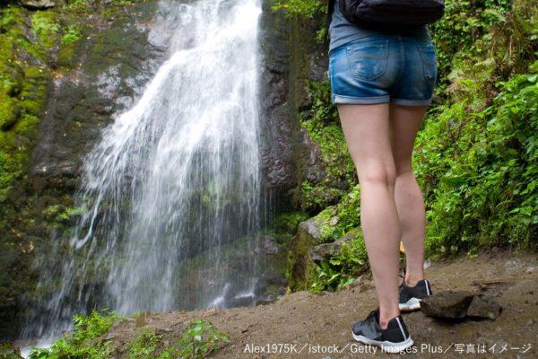 滝・絶景・女性・ハイキング