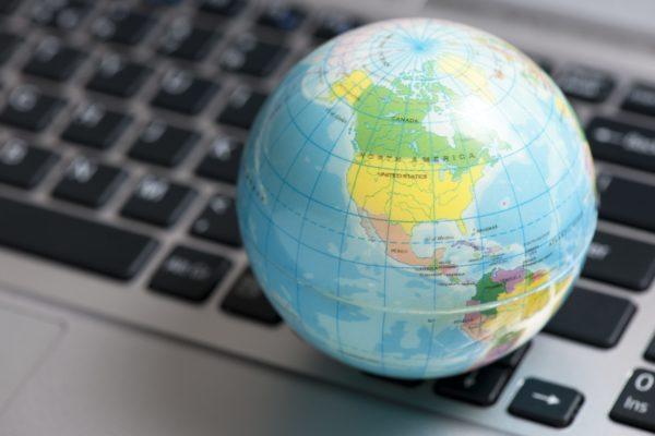 地球儀・地図・パソコン