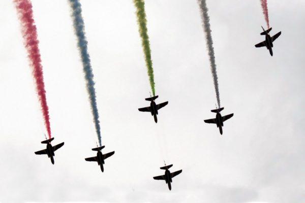 ブルーインパルス展示飛行 都内上空にシンボル「スリーアギトス」カラー