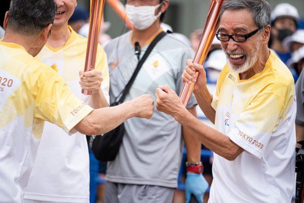 「パラ聖火」渋谷区最終ランナー・テリー伊藤、井上順が歓喜のグータッチ