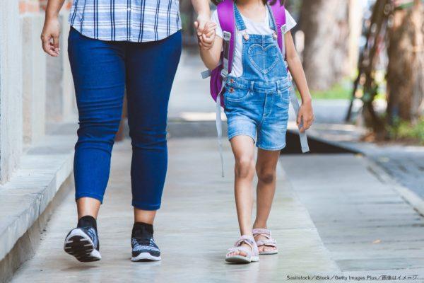 学校・送り迎え・送迎・保護者・母親・子供