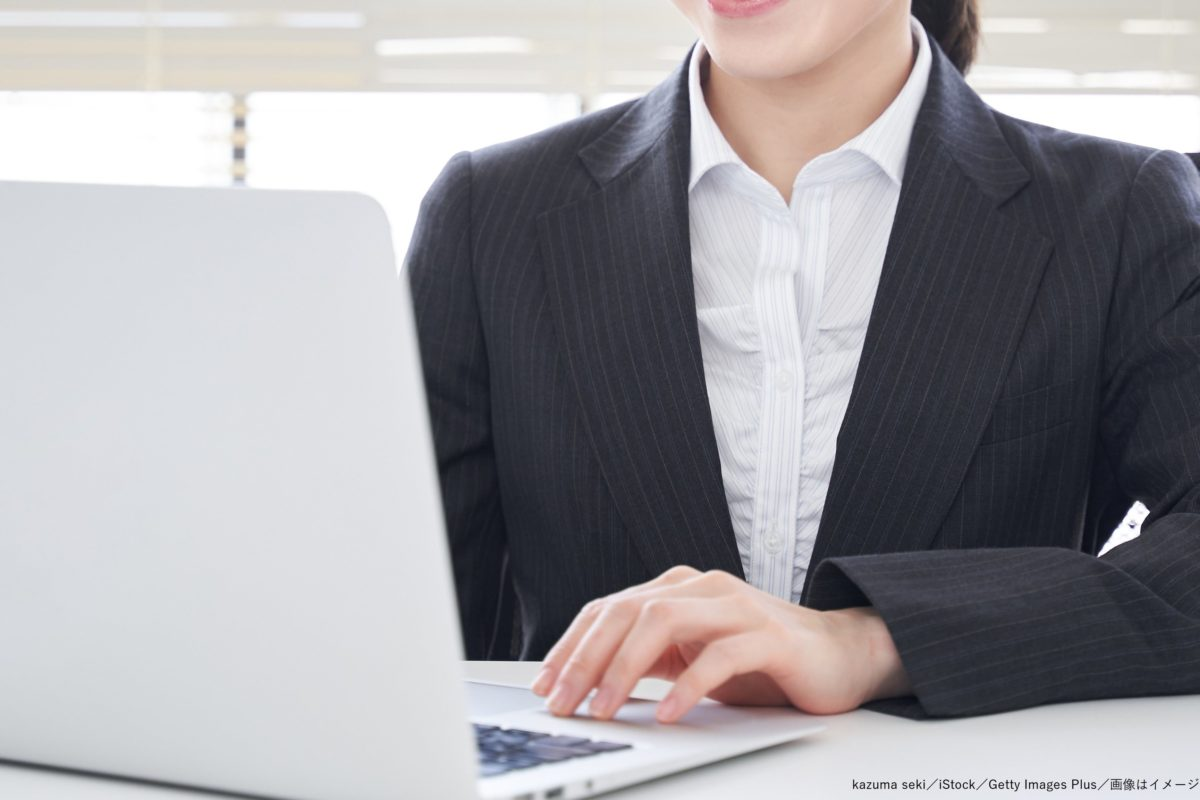 パソコン・デスクワーク・オンライン・女性・スーツ・オフィス