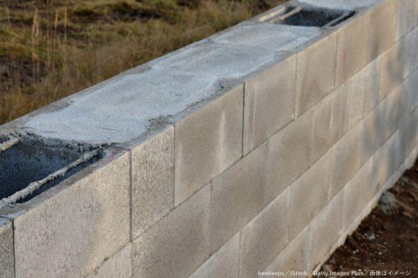 自宅横に巨大なコンクリート壁が出現 撤去を望む住人と建設会社が対立